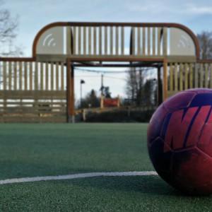En fotboll på en fotbollsplan.