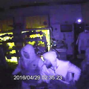 Rånare på bild tagen av övervakningskamera i en pälsaffär i Borgå