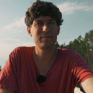 Kasper Strömman sitter i en roddbåt