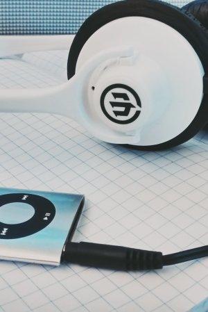 Hörlurar och en ipod på ett bord