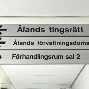 Namnskylt i Ålands tingshus
