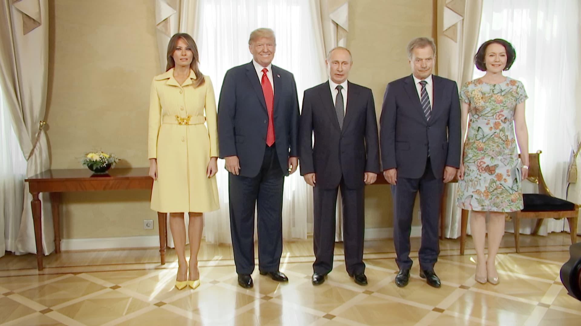 Presidentit puolisoineen asettuivat yhteiskuvaan, samalla nähtiin historiallinen kättely ...
