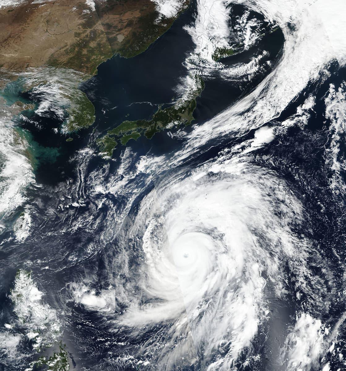 Nasan satelliitikuvassa taifuuni Habis Japanin kaakoispuolella 9. lokakuuta.