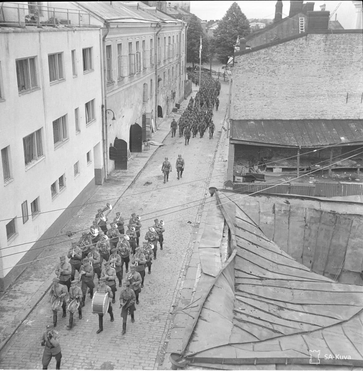 Joukot marssivat Karjaportinkadulla.