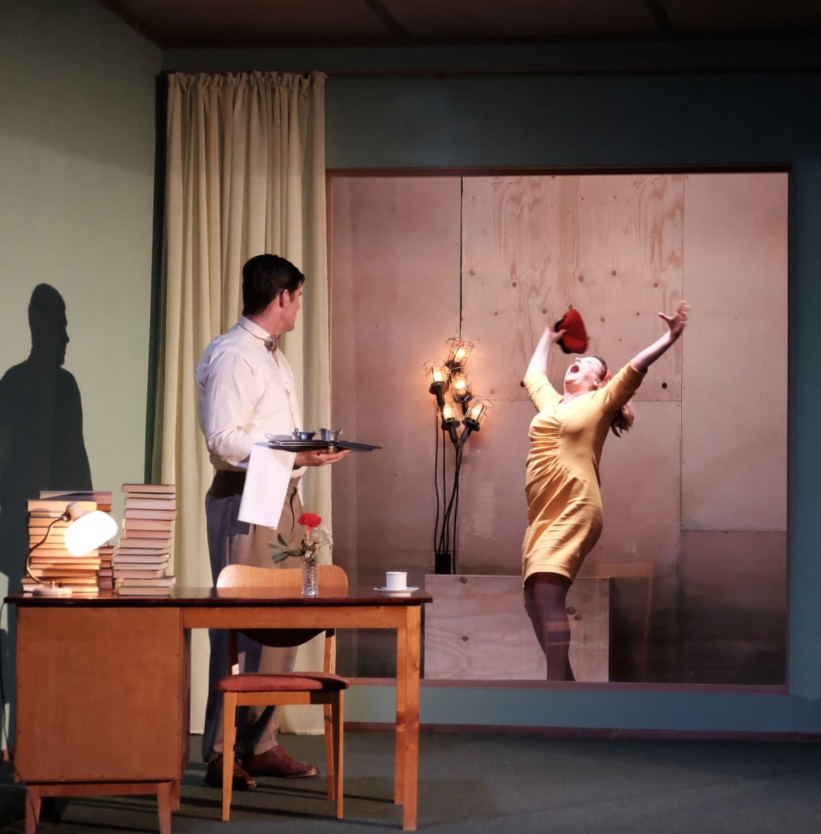 Tommi Korpela ja Elina Knihtilä näyttelevät Medusan huoneessa.