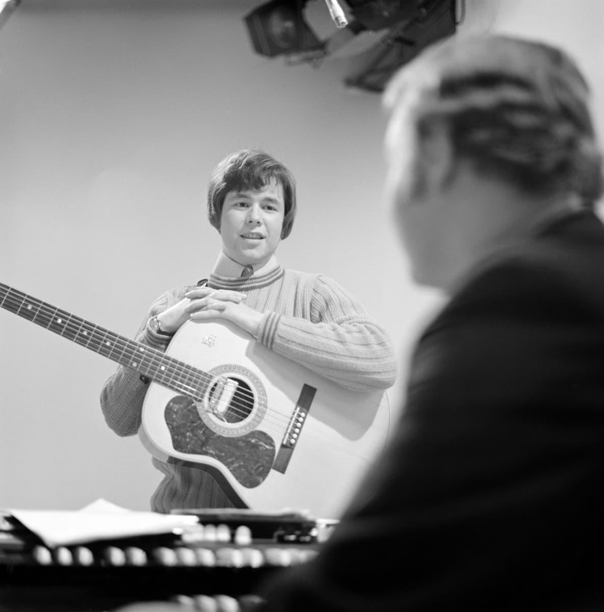 """Yleisradion televisio-ohjelma """"Popmessu. Pop-messu"""". Timo Ruottinen (kitara) ja Risto Hiltunen (urut)."""