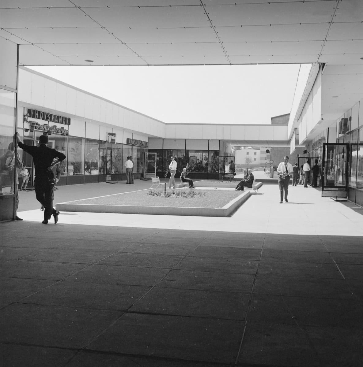 Puotilan ostoskeskus, kuvaaja Teuvo Kanerva 1960-luvulla