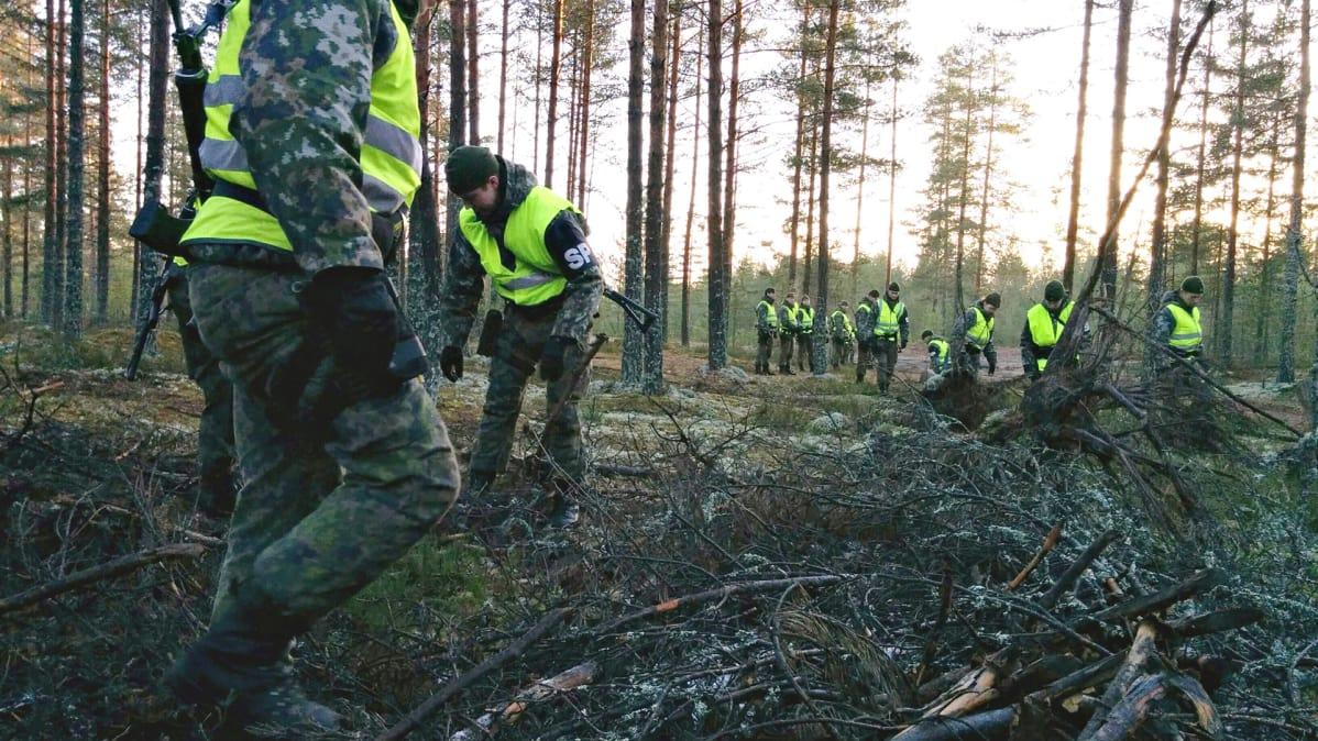 Rynnäkkökiväärin etsinnässä ei jätetä kiveäkään kääntämättä – video   Yle Uutiset   yle.fi