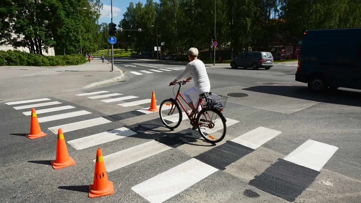 Pyöräilijä Suojatie