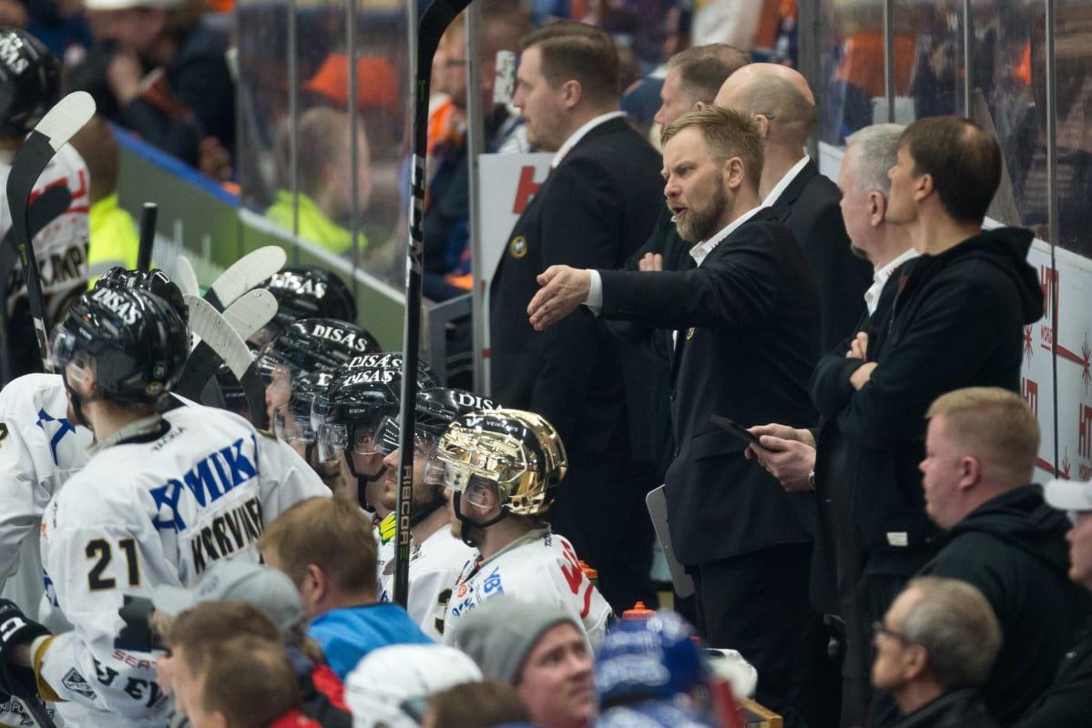 Kärppien päävalmentaja näyttää kovalta, mutta johtaa pehmeillä arvoilla – Mikko Manner ylistää ...