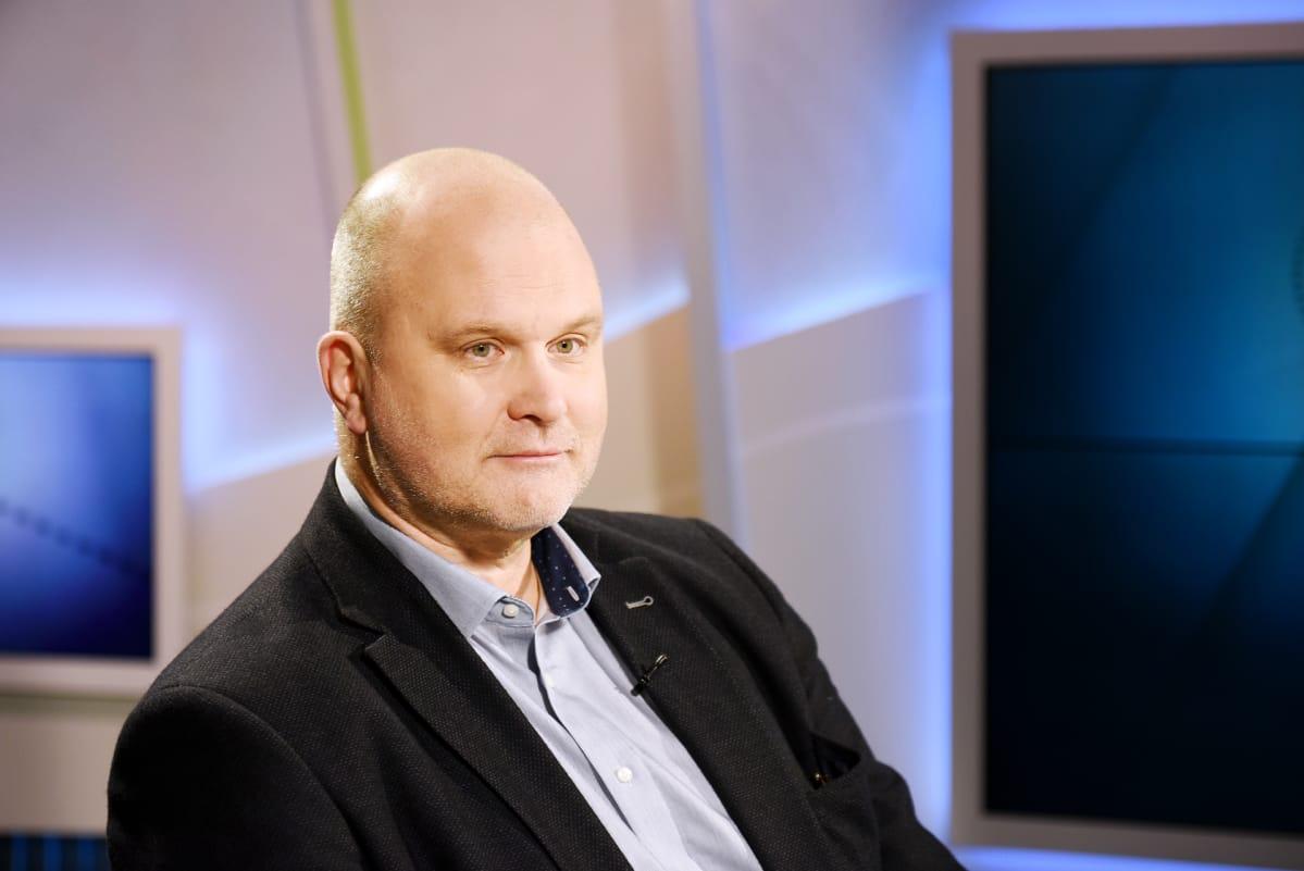 Päätoimittaja Jokinen: Puolustusvoimilla ei ole ollut niskalenkkiä Ylen toimittajasta | Yle ...