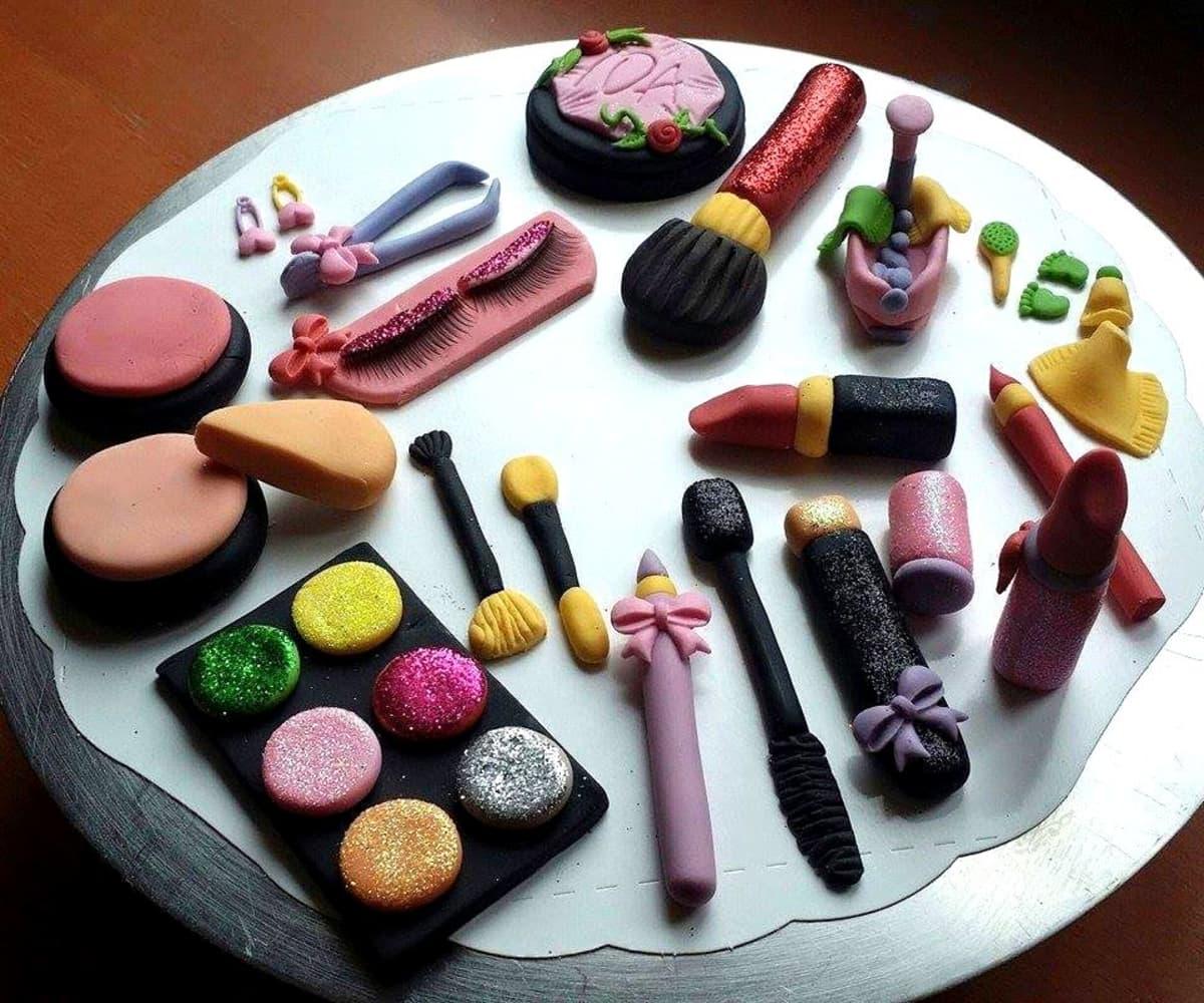 Sokerimassasta tehtyjä meikkejä.