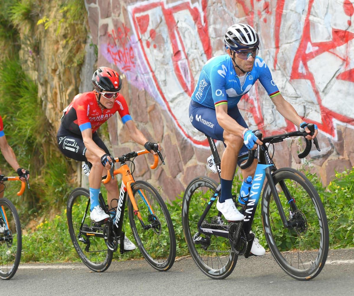 Maantiepyöräiljä Alajandro Valverde polkee jyrkkää mäkeä ylös pyöräilijäletkan kärjessä