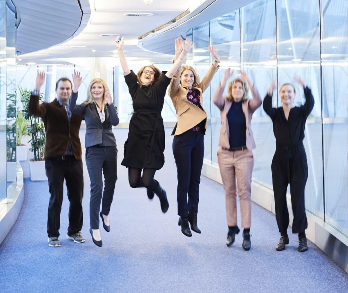 Tutkijat hyppäävät ilmaan, kun tutkimus on alkanut.