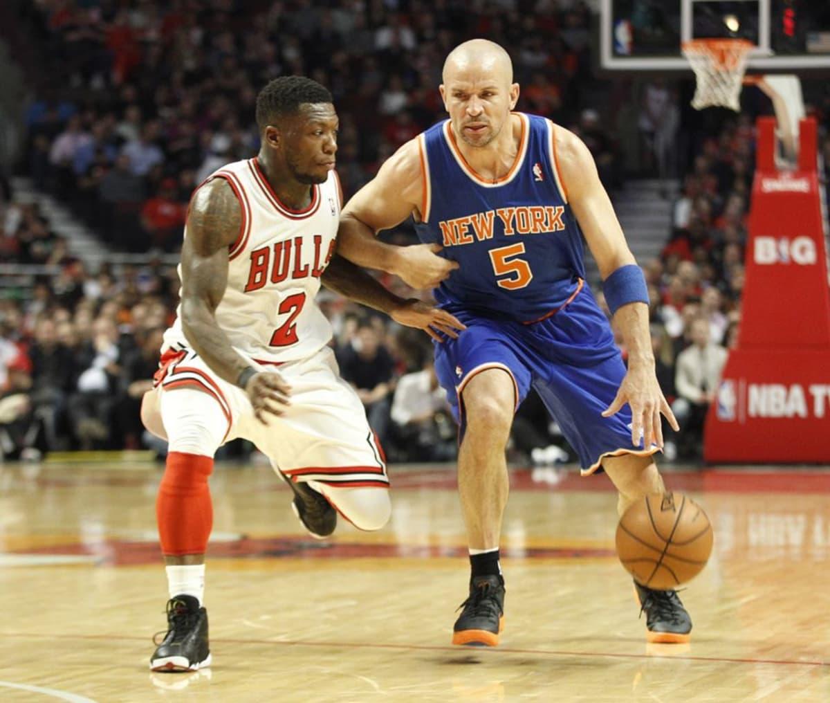 New York Knicksin Jason Kidd (oik.) kuljettaa palloa ja Chicago Bullsin Nate Robinson (vas.) seuraa.