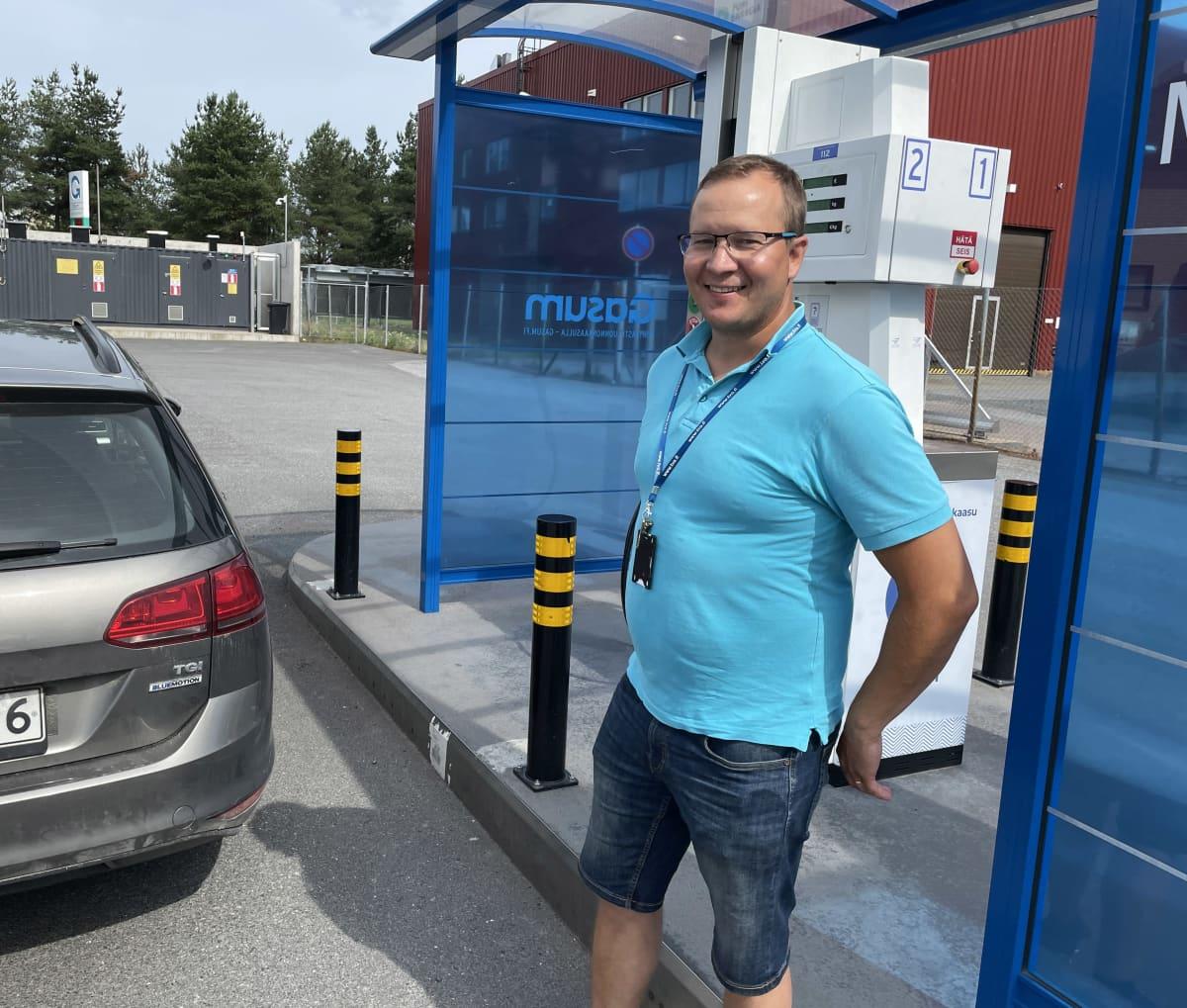 Markus Koskinen tankkaamassa kaasuautoa.