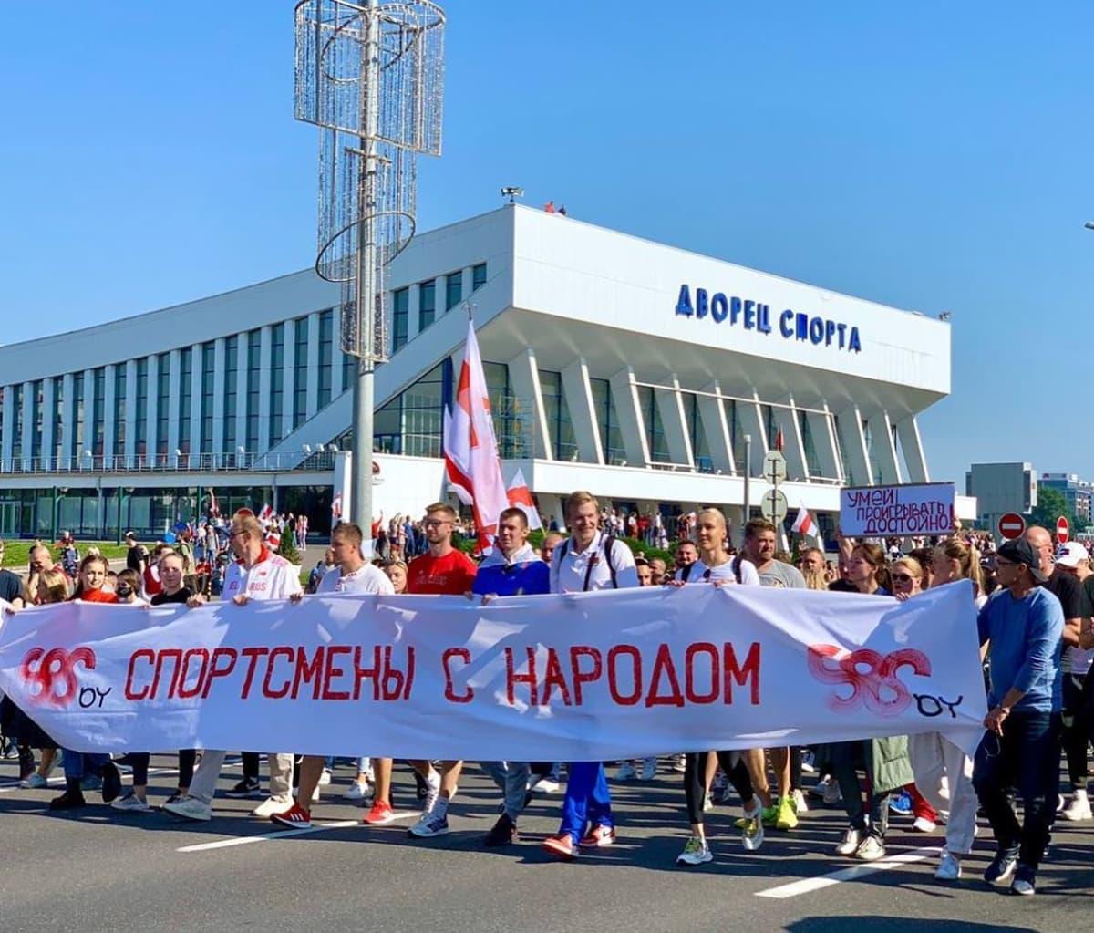 """""""Urheilijat kansan kanssa."""" Valkovenäläiset urheilutähdet ovat halunneet tehdä selväksi, kenen joukoissa he seisovat."""