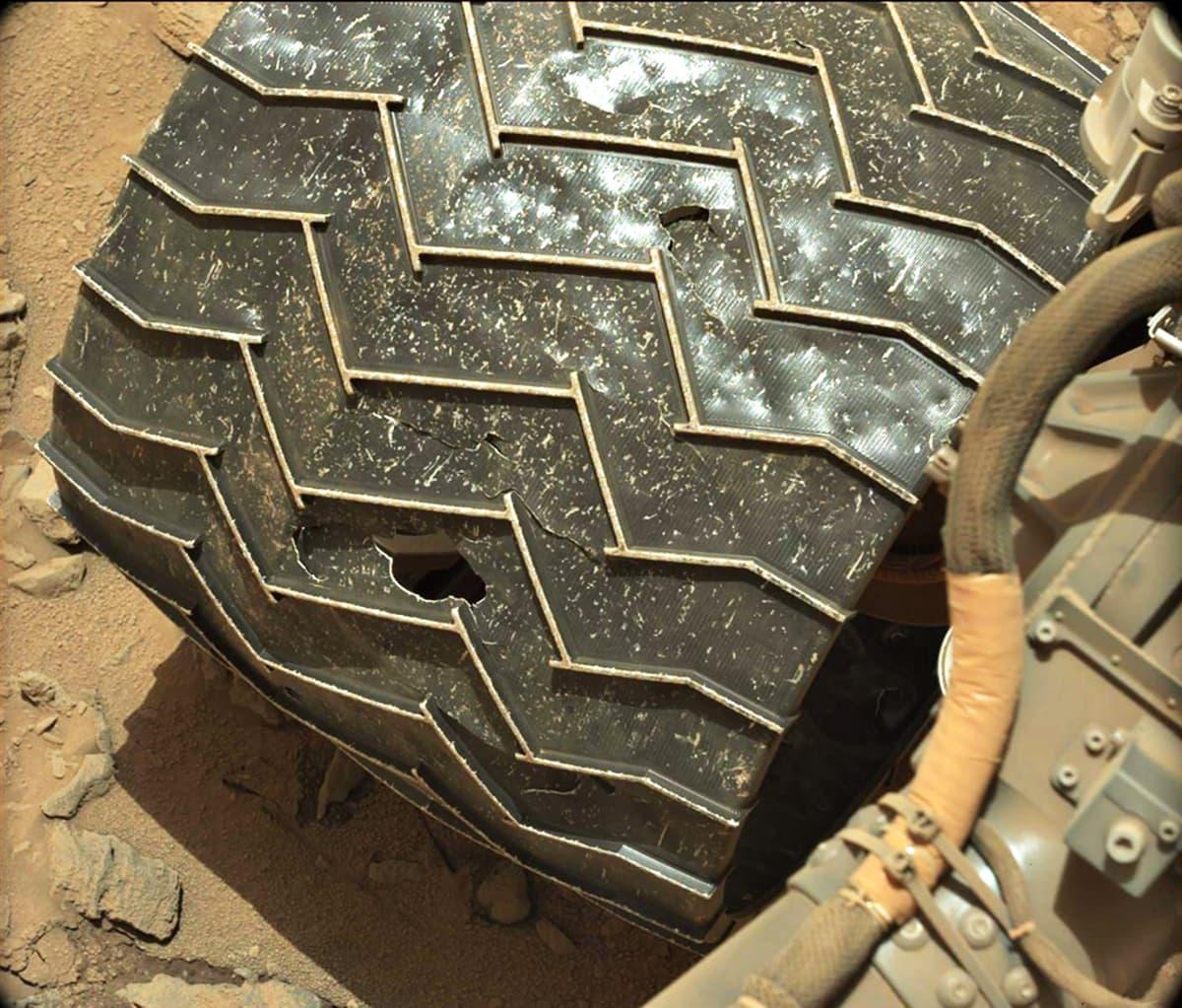 Curiosity-mönkijä vasen rengas jälkeen.