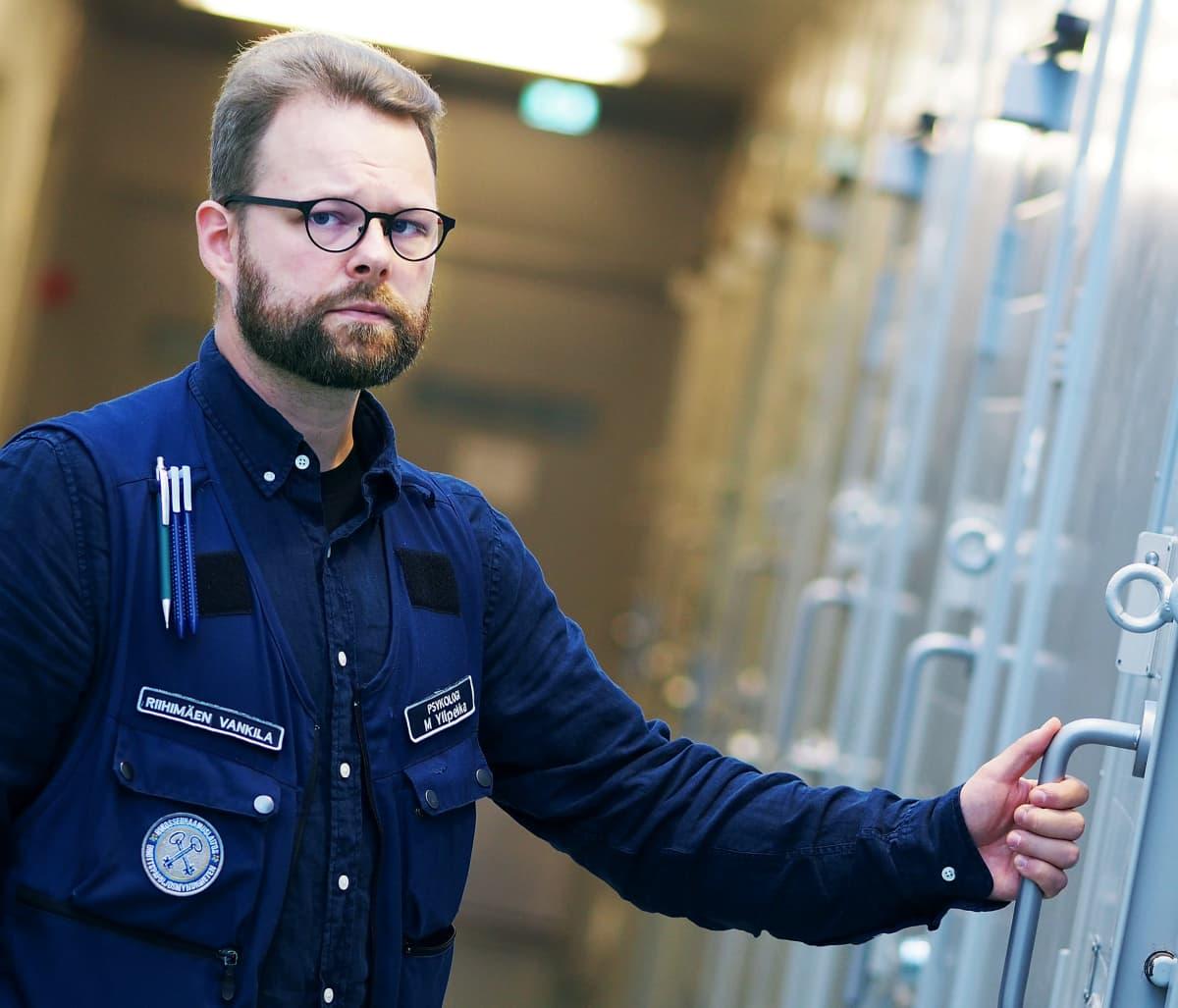 Mikko Ylipekka Riihimäen vankilan käytävällä.