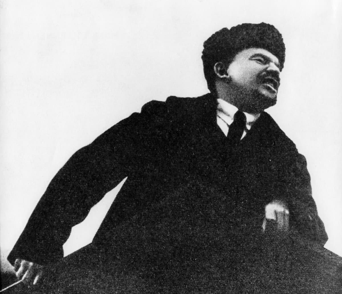Lenin pitää puhetta karvahattu päässä.