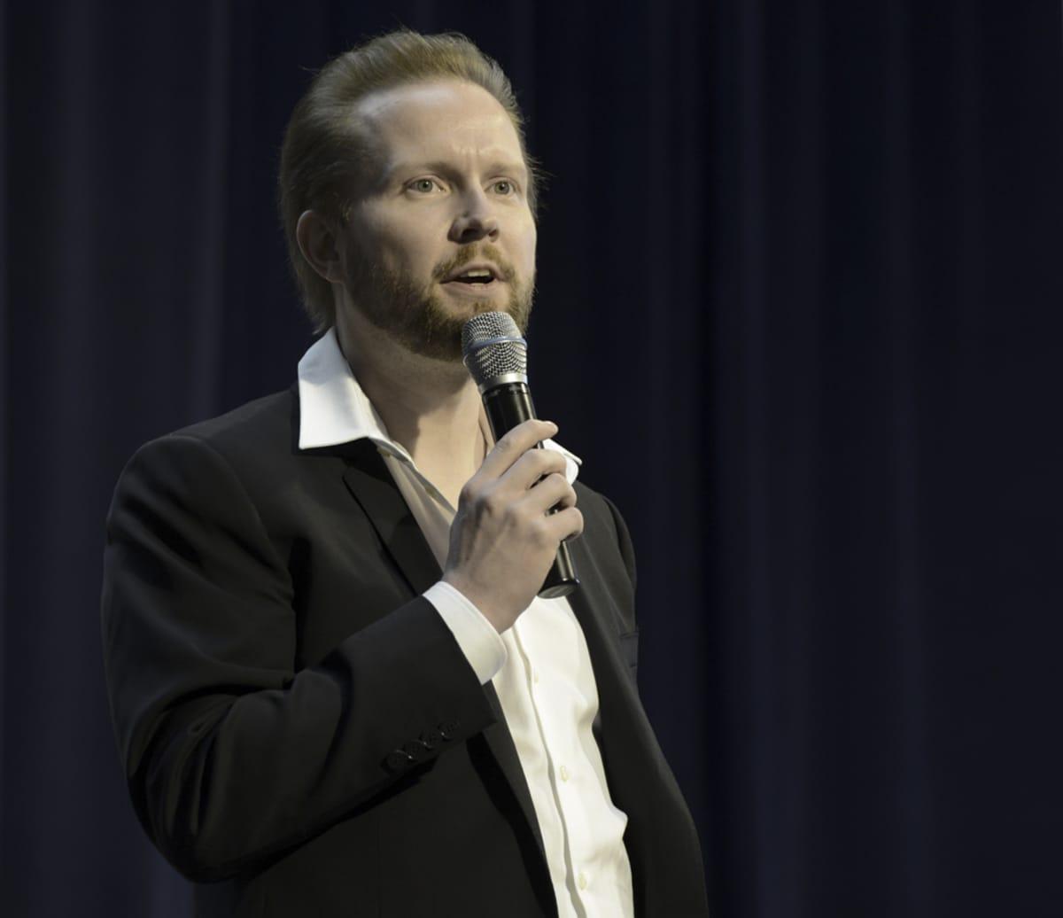 Pekka Himanen pitää puhetta