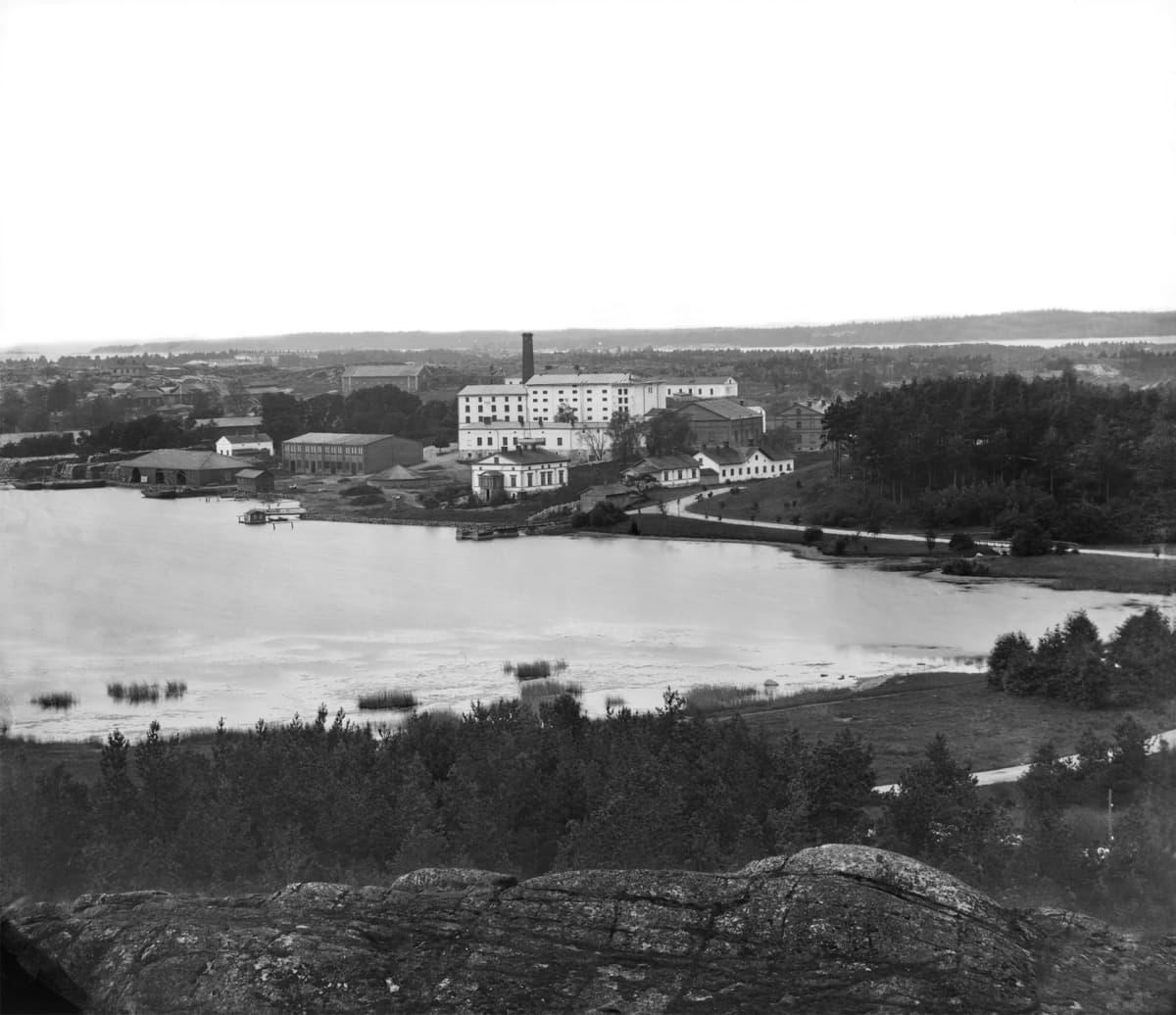 Töölönlahti ja Töölön sokeritehdas Alppilasta nähtynä, 1862 - 1872.