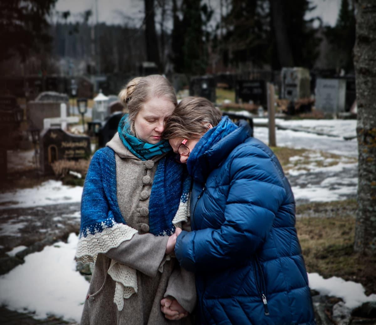 Sanni ja Anja Lehtinen surevat hautausmaalla.