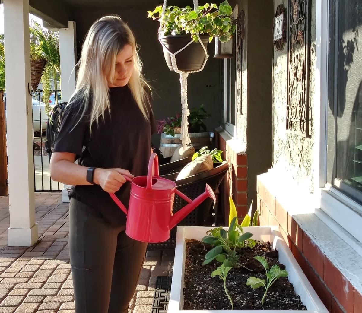 Matilda Castren kastelee kukkia