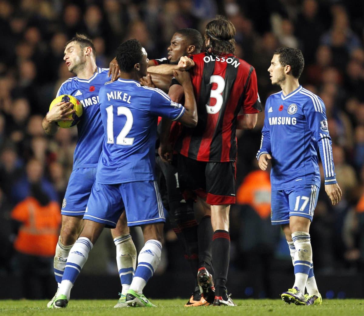 Chelsean Branislav Ivanovic ja West Bromwichin Jonas Olsson ottivat yhteen pelin tuoksinassa.