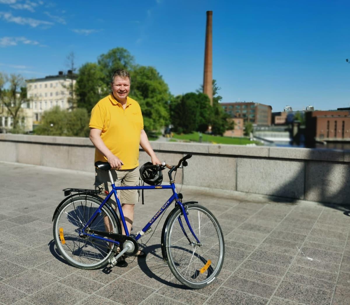 Sami Borg Hämeensillalla polkupyöränsä kanssa