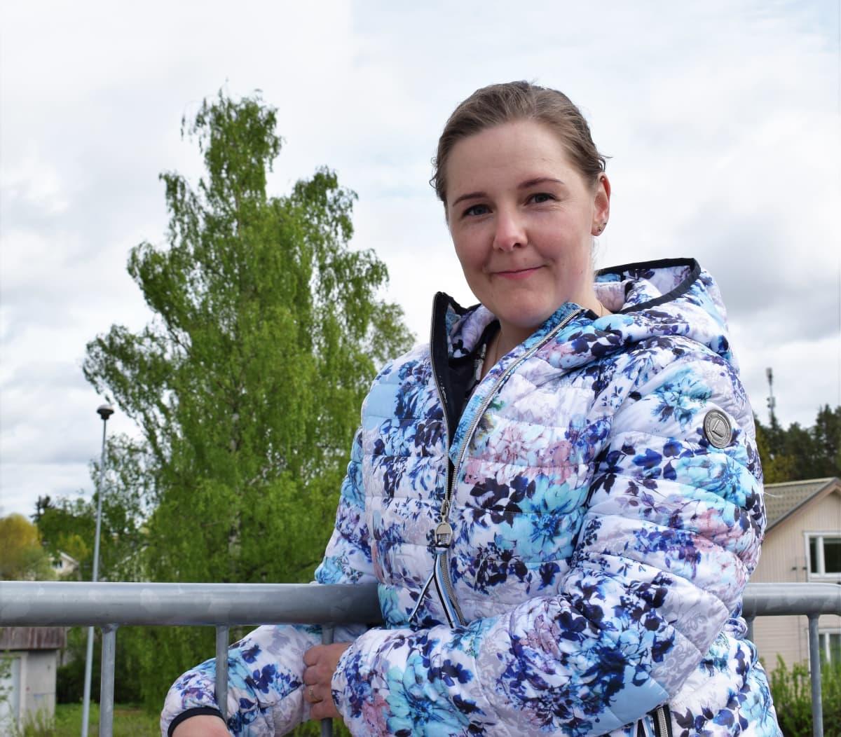 Raisiolaisäiti Johanna Koivisto seisoo Ihalan koulun pihassa