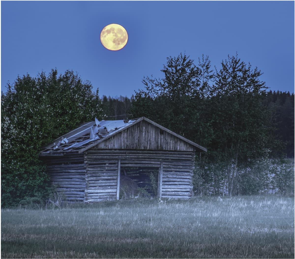 Lato Kauhavalla kuunvalossa.