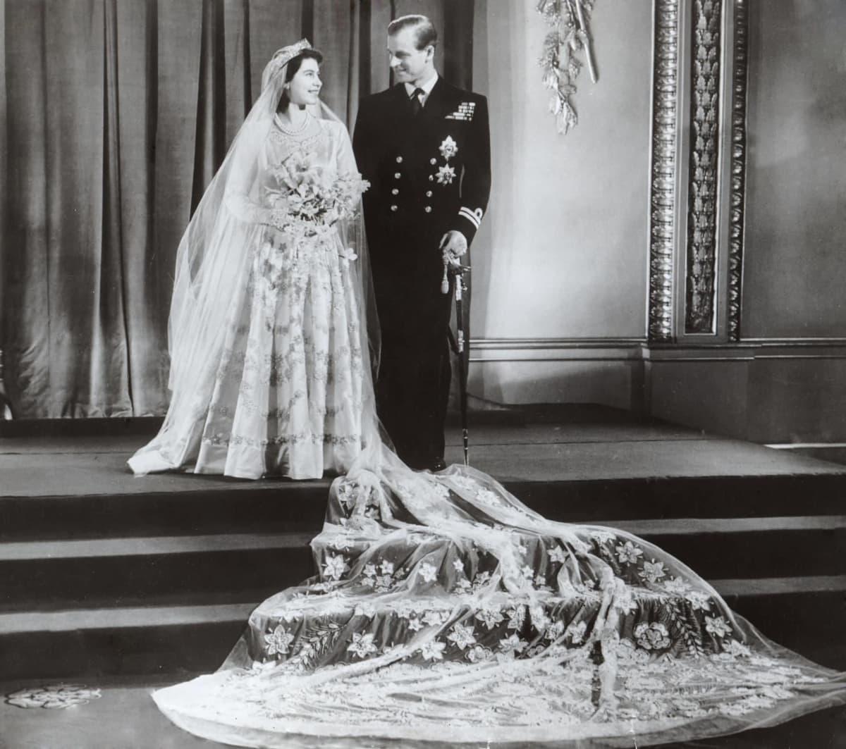 Prinssi Philip ja prinsessa Elizabeth hääpuvuissa