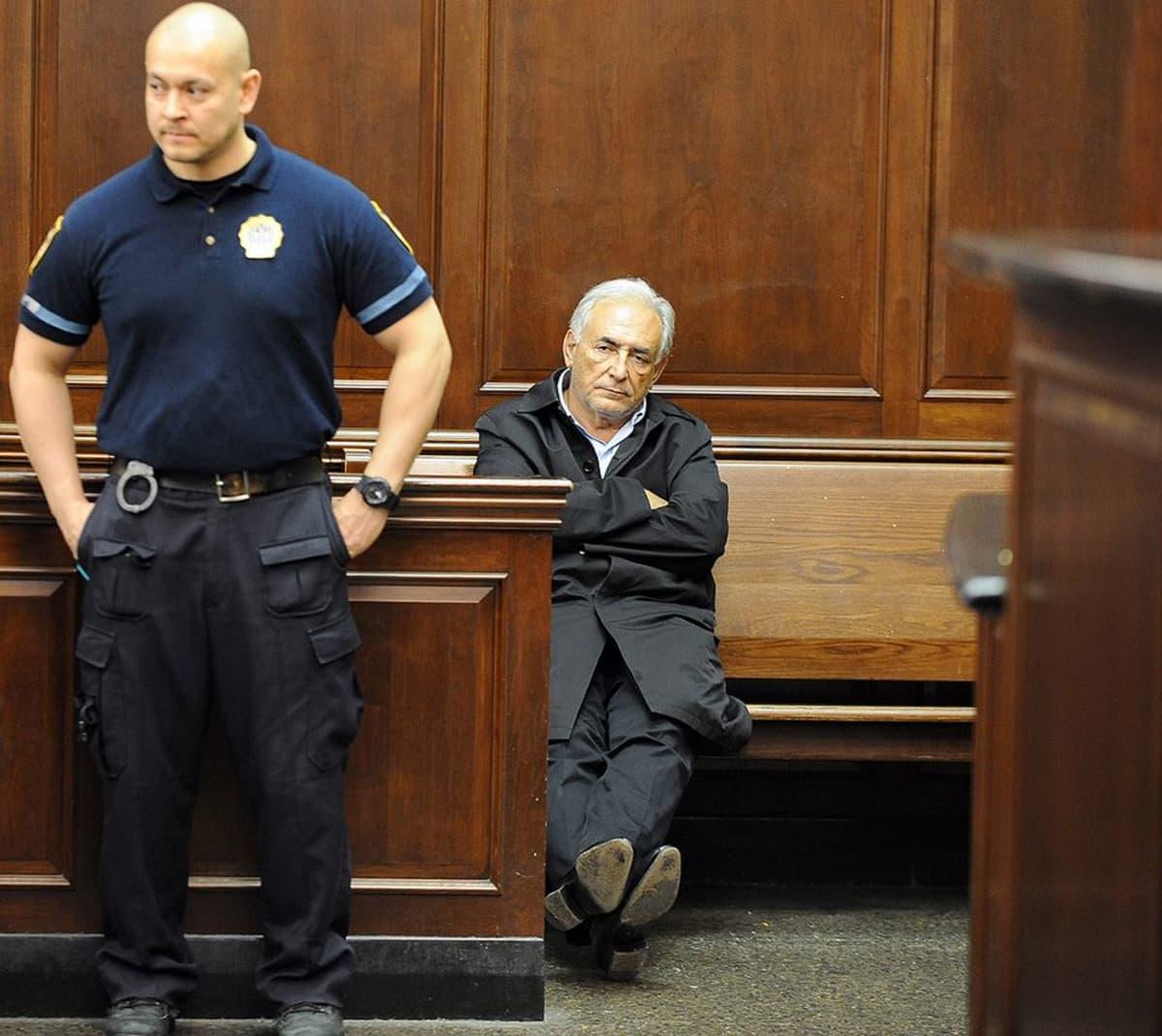 IMF:n entinen johtaja Dominique Strauss-Kahn odottaa kuulemisensa alkua oikeussalissa.