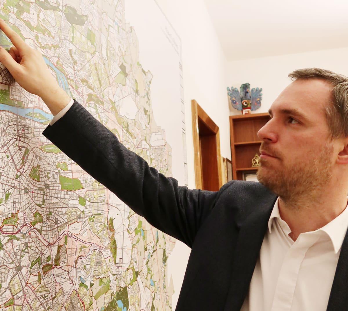 Zdeněk Hřib esittelee Prahan karttaa toimistossaan Prahan keskustassa. Helmikuussa Praha nimesi kaksi Venäjän lähetystön lähellä sijaitsevaa katua tapettujen Kremlin kriitikoiden mukaan.