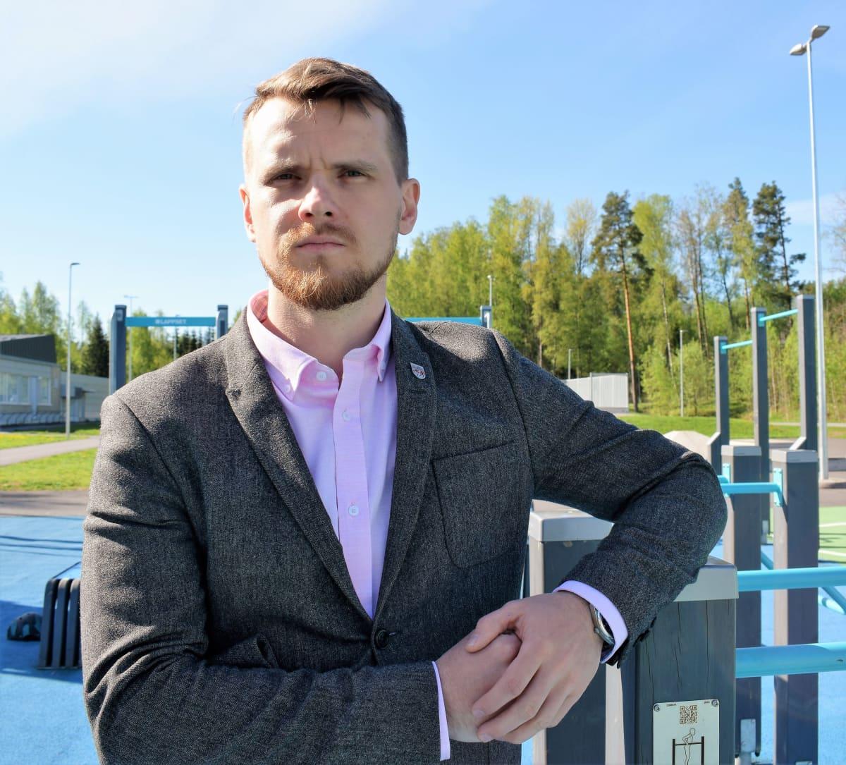 Raision kaupunginjohtaja Eero Vainio Vaisaaren koulun pihassa