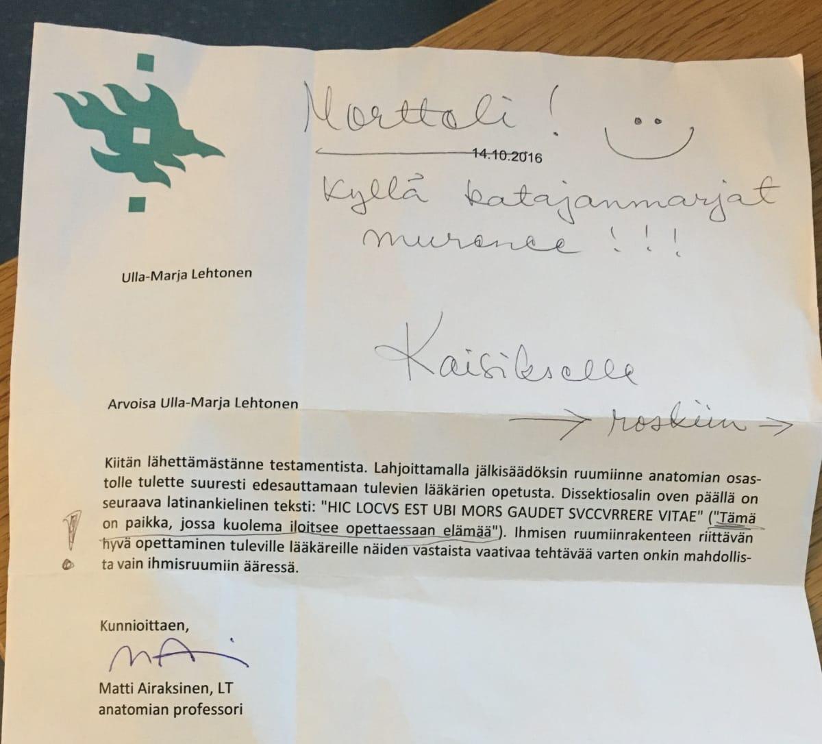 Ulla-Marja Lehtosella oli tapana uusiokäyttää papereita ja yliopiston kiitoskirjeeseenkin hän on tehnyt muistiinpanon tyttärelleen.