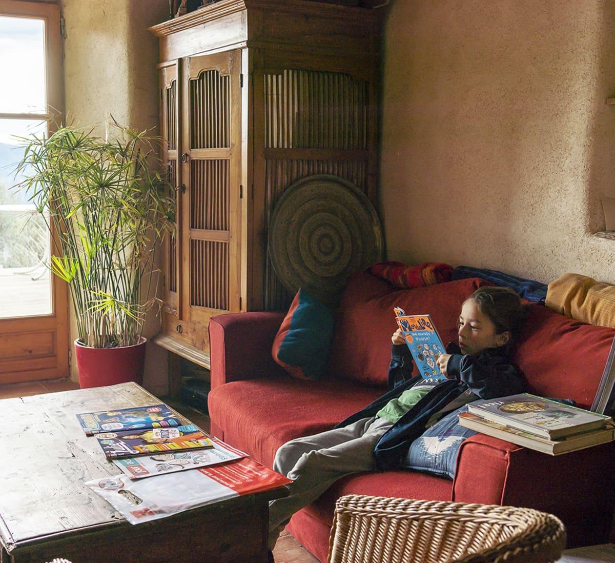 7-vuotias Dalai Dao lukee kirjaa sohvalla.