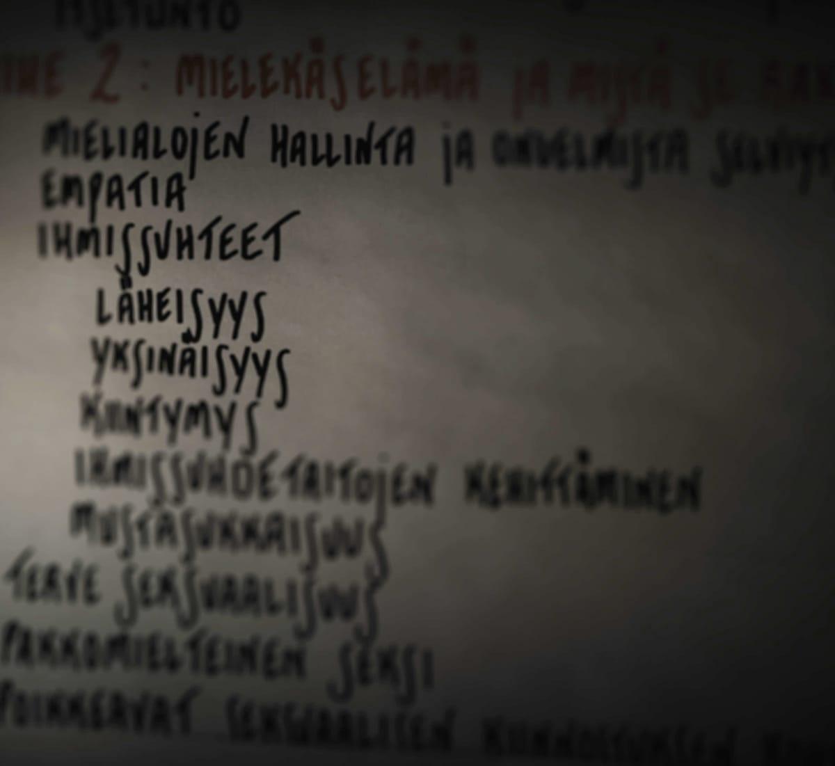 Muistiinpanoja fläppitaululla Riihimäen vankilan terapiahuoneessa.