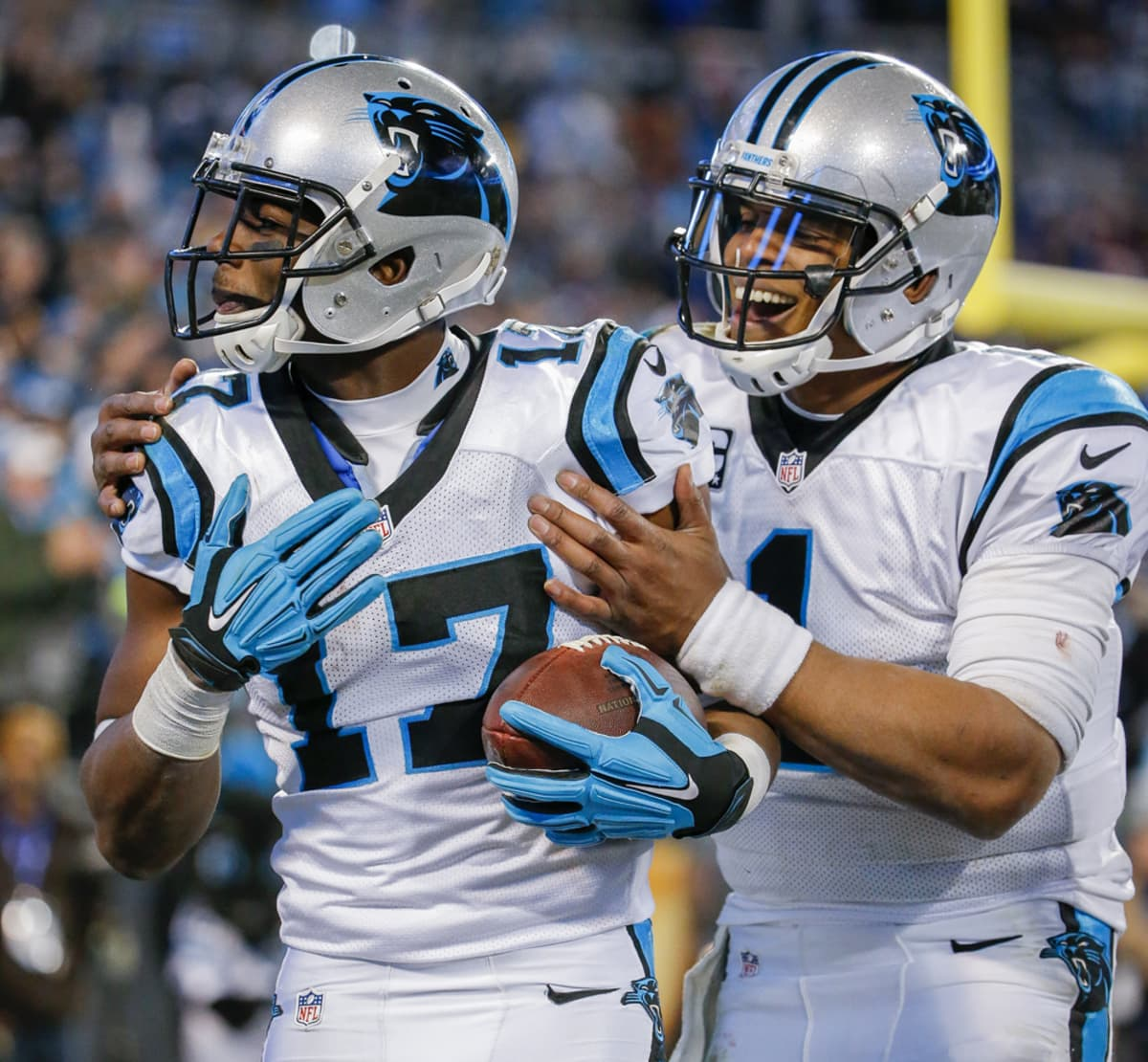 Devin Funchess (vas.) ja Cam Newton juhlivat touchdownia.
