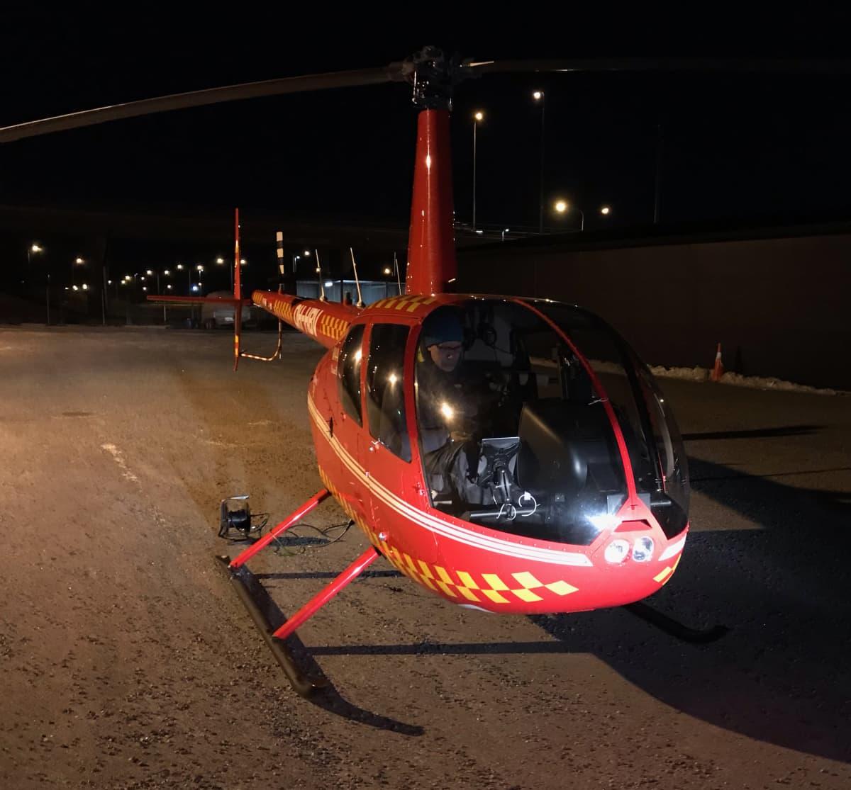 Kaukolämpöverkkoa kuvattiin Turun seudulla helikopterista käsin.