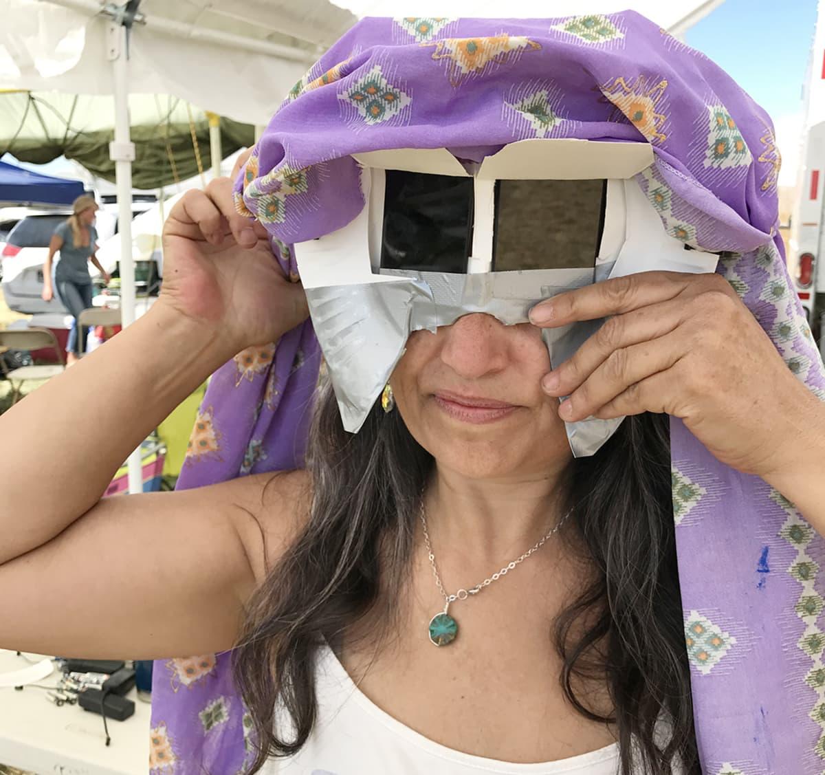 Auringonpimennyksen aikaan tarvitsee suojalaseja. Monet askartelevat sellaisen itse.