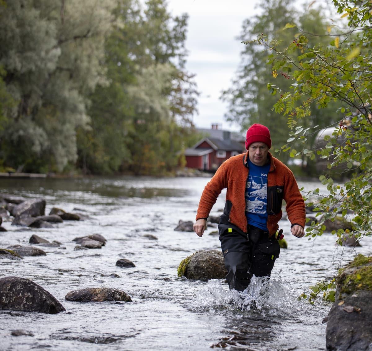 Kokemäenjoen vesistön vesiensuojeluyhdistyksen virtavesiasiantuntija Heikki Holsti Savitaipaleen Saunakoskella.