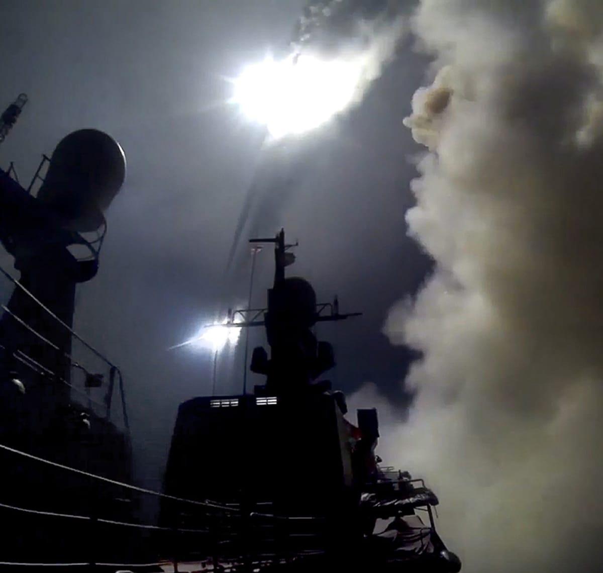 Venäläinen sotalaiva ampuu risteilyohjuksen Kaspianmerellä.