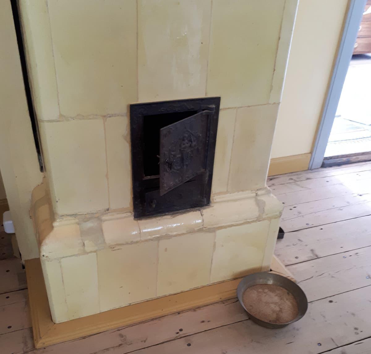 Sylkykuppi kartanon salin lattialla.