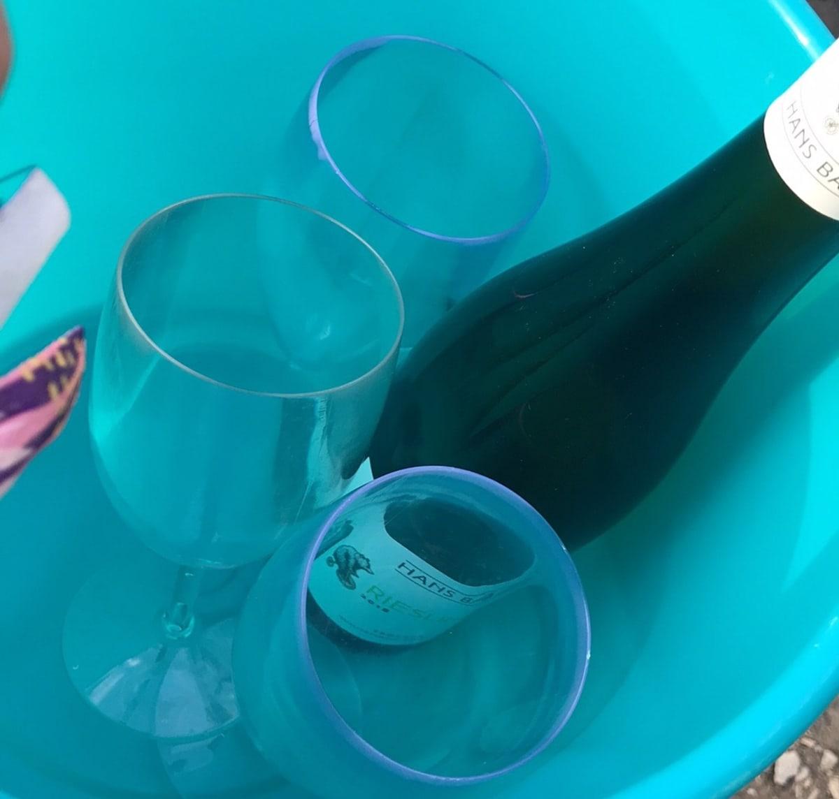 Viinipullo ämpärissä