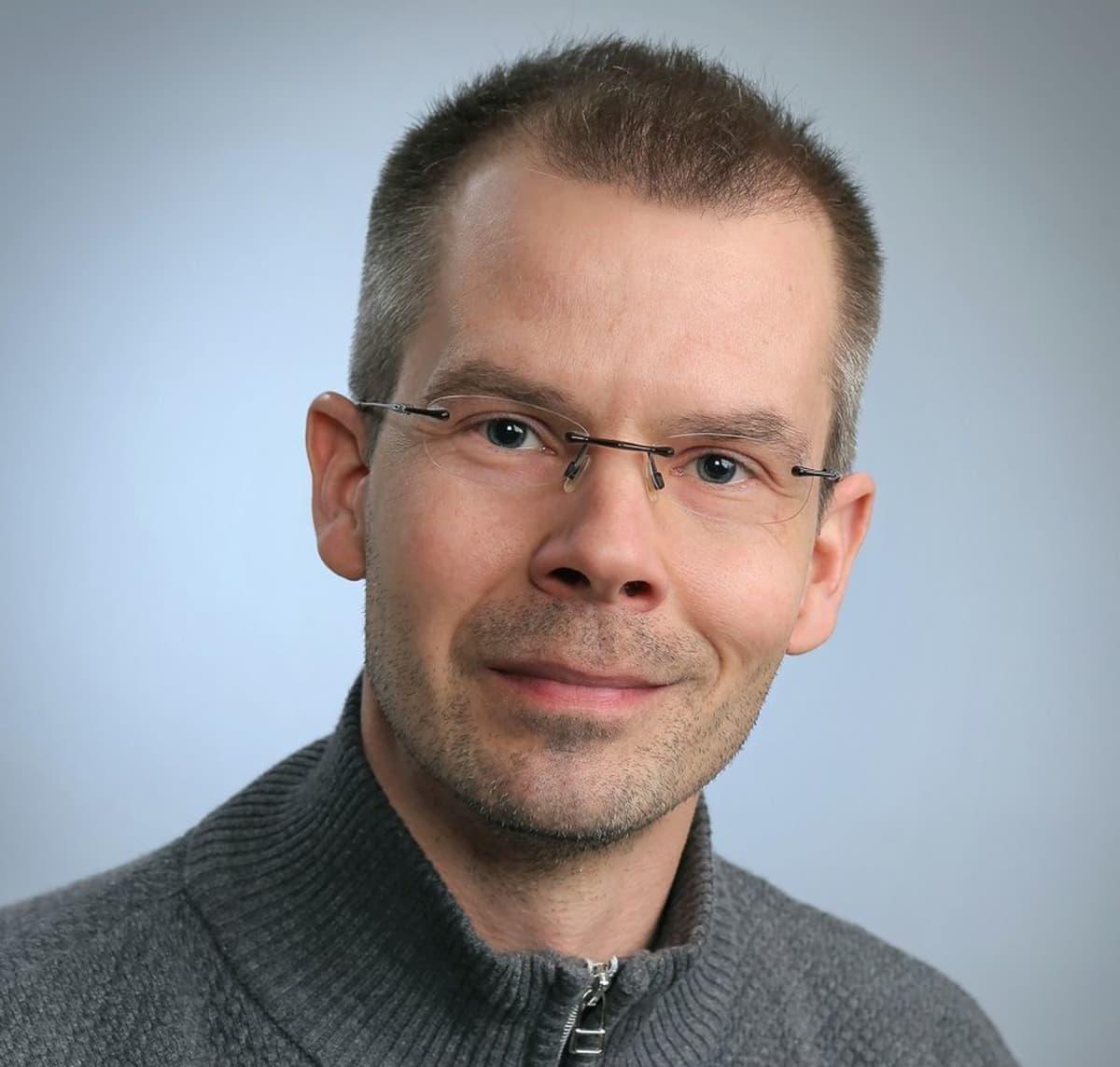 Teemu Kauppi selvitti opettajien kiusaamista yli vertaisrajojen.