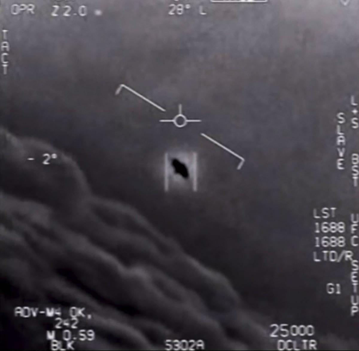 Tunnistamaton kohde Yhdysvaltain laivaston lentokoneen tutkakuvassa.