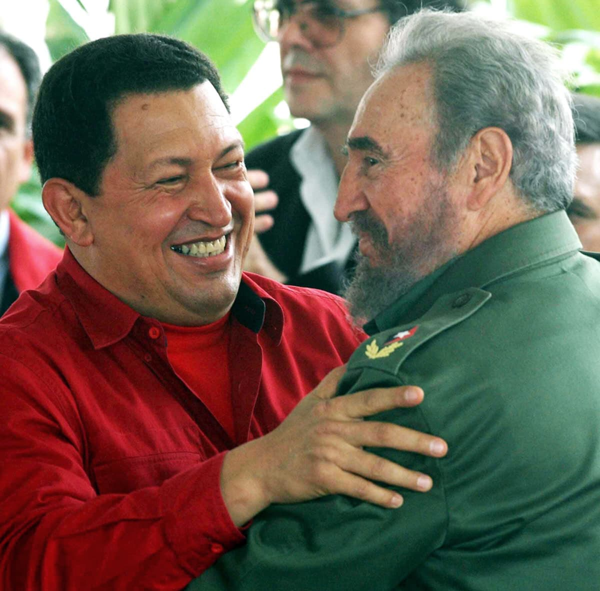 Hugo Chávez ja Fidel Castro halaavat.