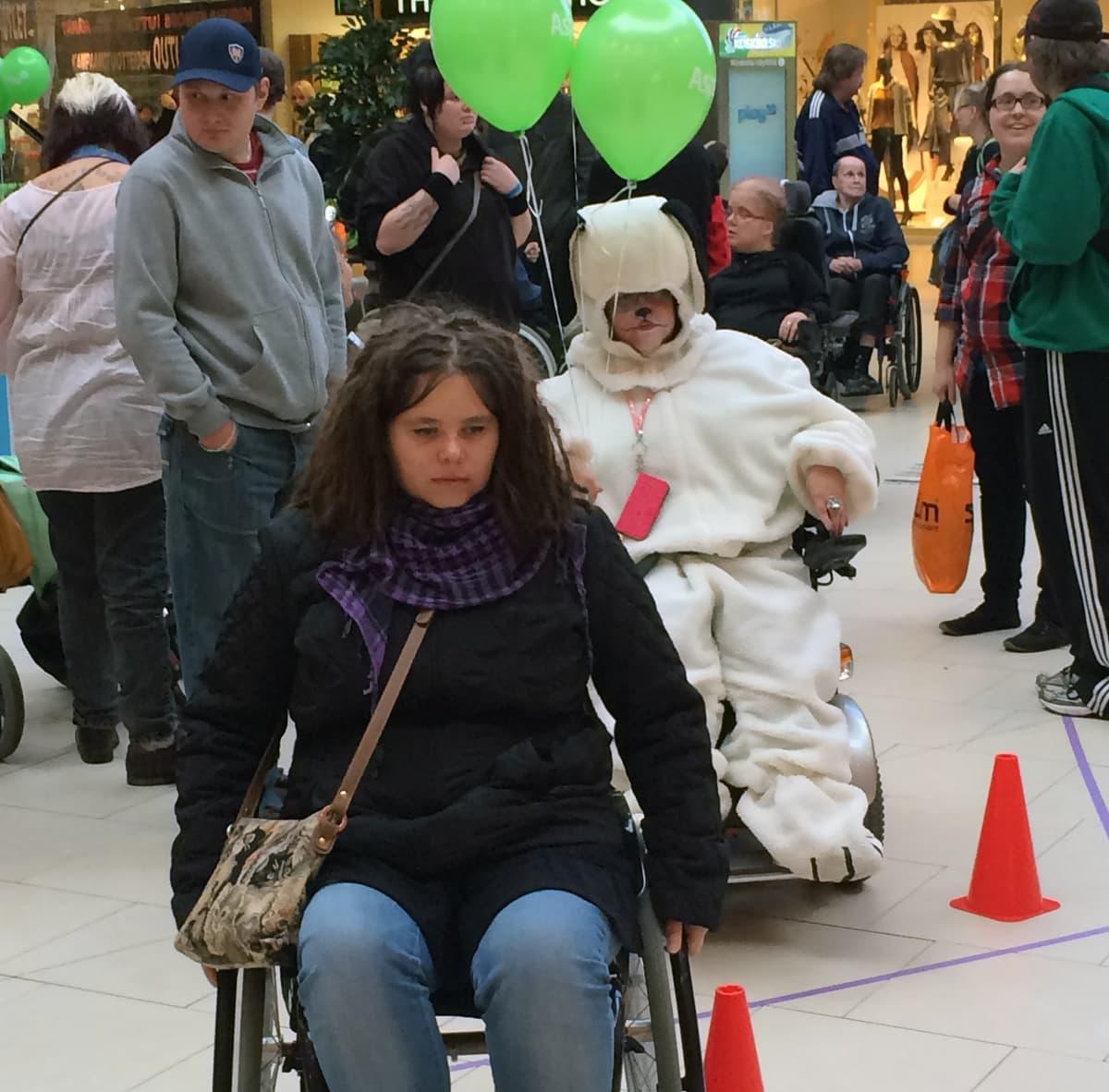 Pyörätuoleja pujotteluradalla Tampereen Koskikeskuksessa